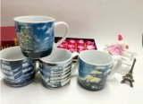 Tazza di caffè blu-chiaro di ceramica con il coperchio ed il cucchiaio da vendere