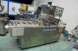 Завалка чашки минеральной вода и машина запечатывания