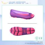 Сандалии студня шикарной женщины, плоские сандалии с ртом рыб