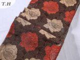 Fleurs rouges et jaunes dans le tissu mince de sofa de jacquard