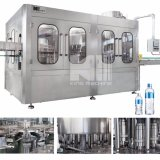 専門の工場によってびん詰めにされる飲料水の充填機
