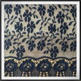 花はレースの葉によって刺繍されたレースの網の刺繍のレースを刺繍した