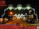 屋外のクリスマスの照明の通りの装飾的なライト