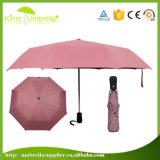 Super helles Automobil geöffnet und naher 3 faltender Dame-Regenschirm
