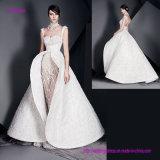 une imagination et une énorme robe de mariage de jupe avec ouvert en arrière