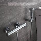 Chrome под струей горячей воды в ванной комнате есть душ, осадков душ руки под струей воды,