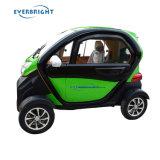 형식은 4개의 바퀴 성숙한 노인을%s 전기 소형 도시 차를 둘러싸았다