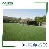 Ajardinando a grama artificial para o jardim