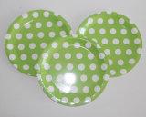 Lunares de color verde de la cocina y parte productos desechables platos de papel