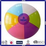 Los niños jugando pelota de playa con logotipo personalizado&Color