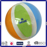 Capretti che giocano la sfera di spiaggia con Logo&Color personalizzato