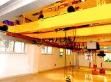 El doble caliente emite la grúa de arriba para la construcción