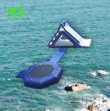 여름 수영장 물 Trampoline 도약자 팽창식에게 뛰어오르기