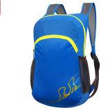 屋外の青い折る袋、子供のバックパック