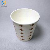 Одной стене горячего кофе чашки бумаги белой печати