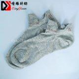 高品質の通気性のスポーティな綿の足首のソックス