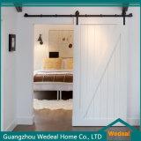 Porte en bois coulissante traditionnelle de grange avec le matériel de porte de grange