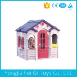 La grande bambola di plastica dei bambini gioca il playhouse di plastica per i capretti