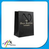 Sacchetto di carta su ordine del regalo per vestiti