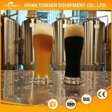 Chaîne de production de bière avec la bouilloire d'ébullition, la mâche/tonne de Lauter, le remplissage et la rondelle