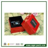 高い光沢のあるラッカーを塗られた木の宝石箱