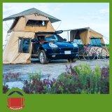 梯子が付いているキャンプの屋根の上のテント