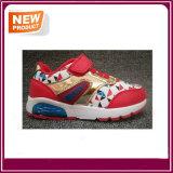 Chaussures du sport des enfants neufs d'éclairage LED pour des garçons et des filles