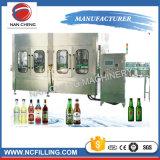 Máquina de rellenar del vino de la cerveza de la botella de cristal con los casquillos de corona