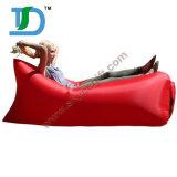 Aria veloce che riempie sacchetto pigro gonfiabile per il campeggio di viaggio