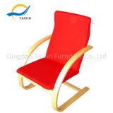 Cadeira para sala de estar em estilo simples para relaxar