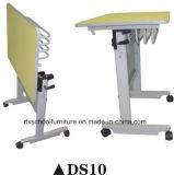 Mesa plegable y una silla de oficina con ruedas