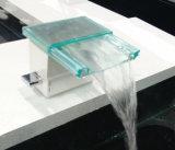Salle de bains avec chute d'eau du robinet du bassin de matériaux en verre