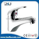 クロムによってめっきされる水蛇口の洗面器の台所または浴室の洗面台の水栓