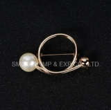 宝石類の金属部分のビーズの真珠のブローチは装飾のショールピンに着せる