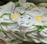 Personalizzando il tovagliolo incappucciato del manicotto lungo del cotone scherza gli abiti del bambino