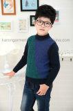 Le modèle de garçons de Karen a modelé le chandail tricoté longue par chemise