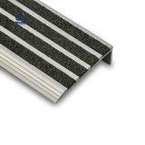 Étape concrète de l'escalier en aluminium nez