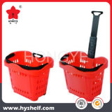 A cesta de compra plástica do rolamento com as rodas com carreg o punho