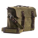 Os Mens formam o saco encerado da engrenagem da lona para desengates e viagem