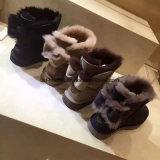 Il cuneo di inverno calza i caricamenti del sistema della pelle di pecora per le donne nel nero