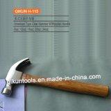 La mano del hardware della costruzione H-115 lavora il martello da carpentiere di tipo americano con la maniglia di legno