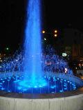 Fontaine d'eau dans l'étang avec LED RGB