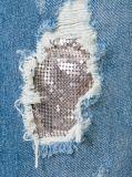 女性のデニムの青い伸張の綿によって苦しめられるボーイフレンドのジーンズ