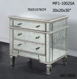 居間3の引出しの金及び銀色の映された家具