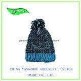 Chapéu cinzento e verde relativo à promoção do Knit do inverno