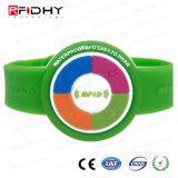 A forma sem contato do relógio conveniente identifica o Wristband de RFID