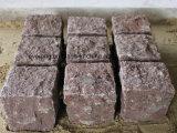 أحمر صوان مكعّب/حافة طريق/جلمود/حجارة يرصف لأنّ يرتّب/موقف/درب/ممشى