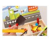 Le gosse joue la planche à dessin magnétique en bois de puzzle de circulation