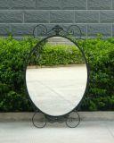 円形の黒い金属の庭ミラー