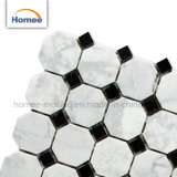 Mattonelle di marmo bianche e nere della decorazione interna irregolare del pavimento di mosaico